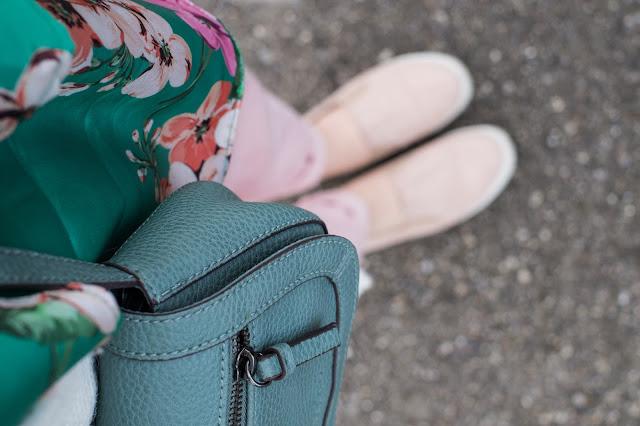 Grünes Blumentop und Esprit-Tasche