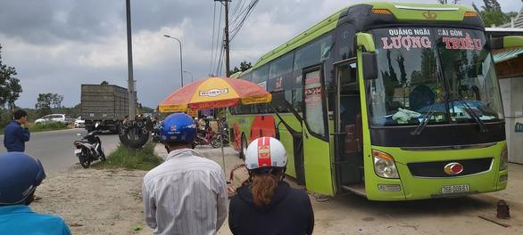 Quảng Ngãi: Kích thủy lực bất ngờ gặp sự cố, phụ xe chết thảm dưới gầm xe khách