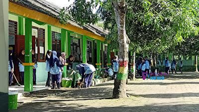 Peringati Hari Peduli Sampah, Siswa SMP N 40 Adakan Kerja Bakti Bersama