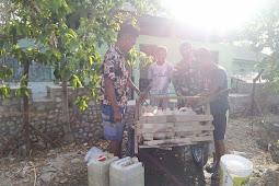 Personel Satgas 744 SYB  Bantu Warga Mudafehan Dengan Bagikan Air Bersih
