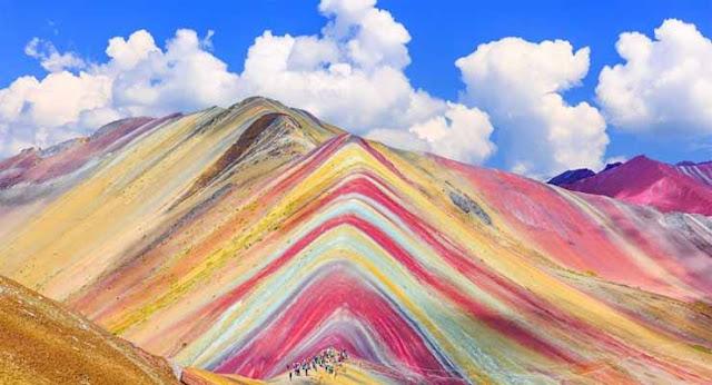 Gunung Pelangi Ausangate di Peru