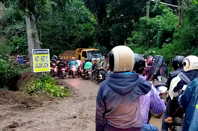 Tebing Setinggi 30 Meter Ambrol, Akses Jalan Cianjur - Sukanagara Terganggu