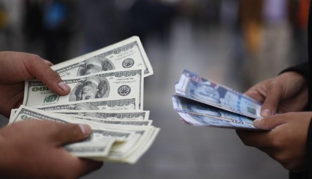 Dólar cae al inicio de la jornada