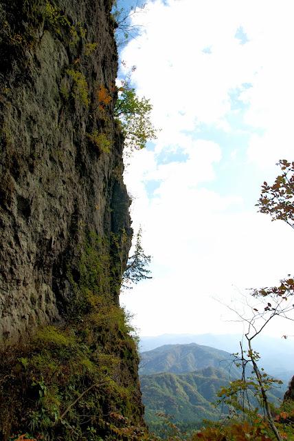 かにのよこばいから見えた、うっすら紅葉する断崖絶壁
