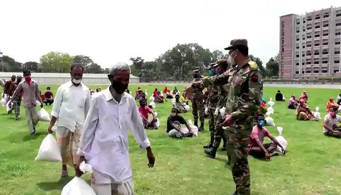 করোনা পরিস্থিতিতে কুড়িগ্রামে সেনাবাহিনীর খাদ্য সহায়তা প্রদান