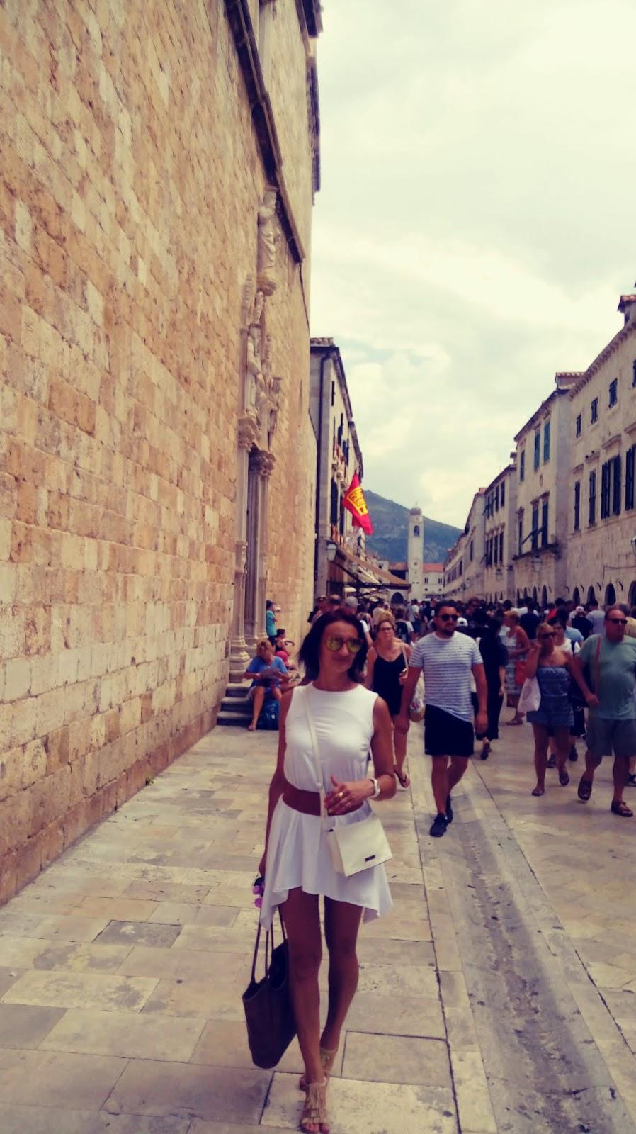 modne letnie stylizacje na wakacje, chorwackie zabytki