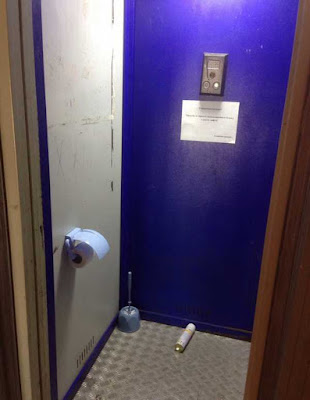 Witzige öffentliche Toilette ohne Klo - Baupfusch