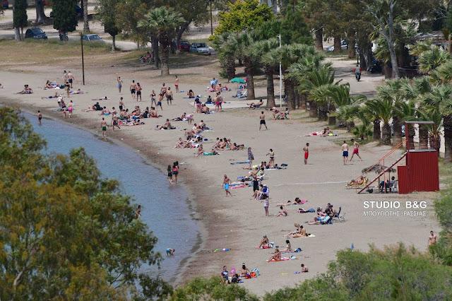 Ναύπλιο: Συνωστίζονται στις παραλίες παρά τις οδηγίες