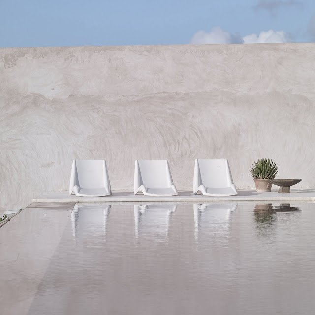 the natural stone and the raw spirit is located in the dunes of Essaouira in Morocco and belongs to hotel manager and interior designer Willem Smit.