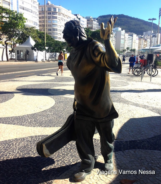 Estátua de bronze do músico Dorival Caymmi em Copacabana, Rio de Janeiro, RJ