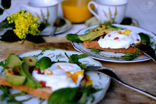 Exquisito-desayuno-con-huevos-escalfados-aguacate-03