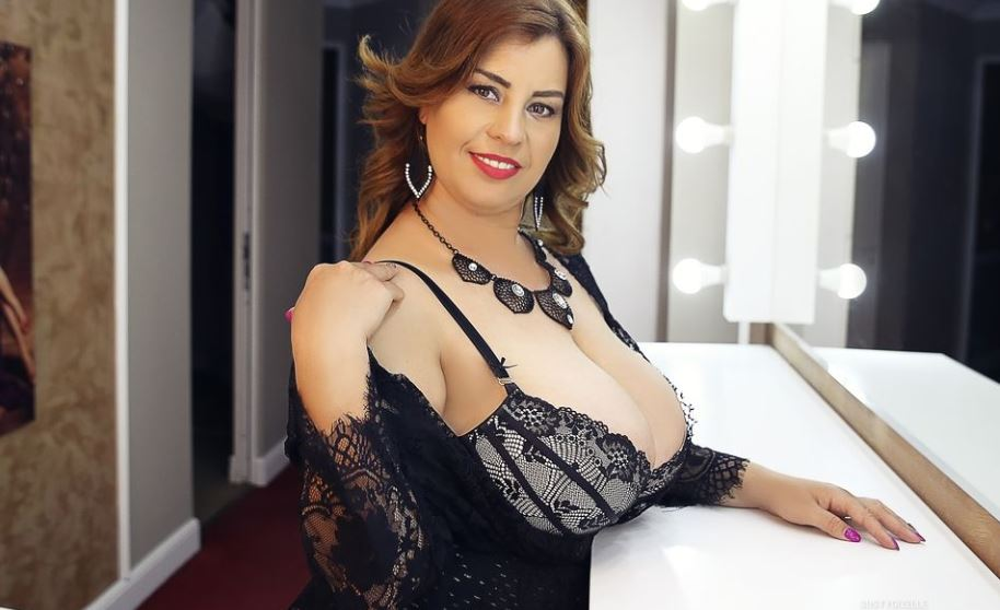 https://www.glamourcams.live/chat/BustyGizelle