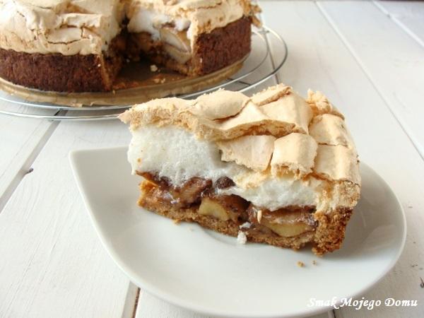 Kruche ciasto orzechowe z jabłkami, cynamonem i bezą.