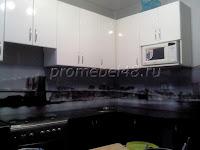 Чёрно-белая кухня с фотопечатью