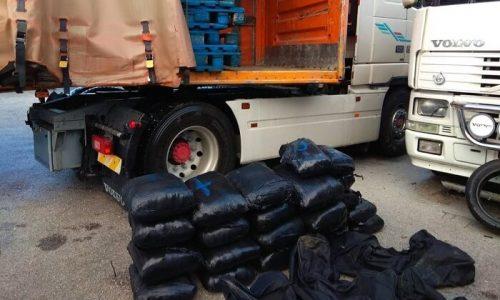 Για την υπόθεση συνελήφθησαν δύο αλλοδαποί, σε βάρος των οποίων σχηματίστηκε δικογραφία για εισαγωγή στη χώρα, μεταφορά, κατοχή και διακίνηση ναρκωτικών ουσιών.