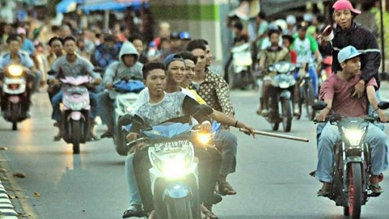 Geng motor melakukan sahur on the road