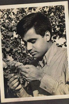 When it comes to singers, can you guess this famous Gazal singer? Just like his romantic Gazals holding a flower, it is Jagjit Singh!