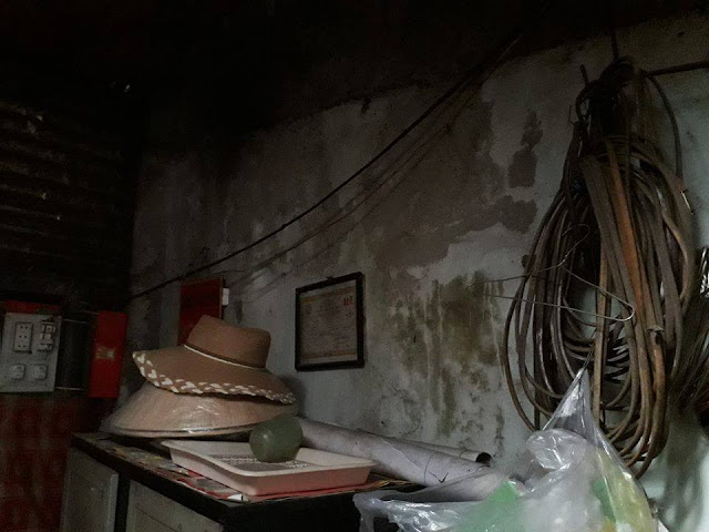 """Dây điện trong nhà bà Hương cuộn thành cục và """"đắp chiếu"""" vì điện lực đã ngừng cấp điện 5 năm"""