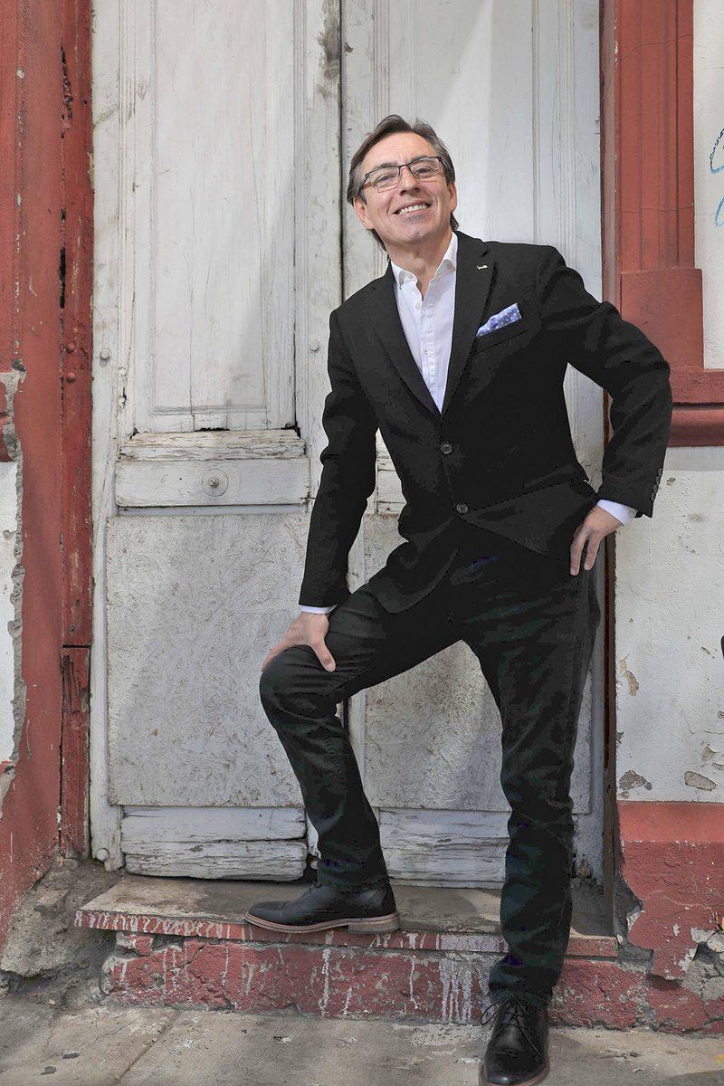 Tras ser garzón y chofer, Claudio Fariña escribe libro de entrevistas