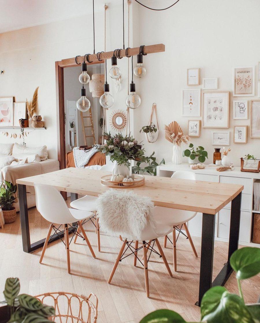 Biel, boho i styl skandynawski, wystrój wnętrz, wnętrza, urządzanie domu, dekoracje wnętrz, aranżacja wnętrz, inspiracje wnętrz, interior design, dom i wnętrze, aranżacja mieszkania, modne wnętrza, home decor, boho, styl skandynawski, scandinavian style, białe wnętrza, salon, pokój dzienny, living room, stół, drewniany stół, krzesła