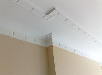 Tavan ve duvarın birleştiği yerde sade süslemeler olan kartonpiyer çalışması
