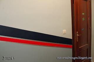 Habitación juvenil con zócalo en azul, rojo y plata