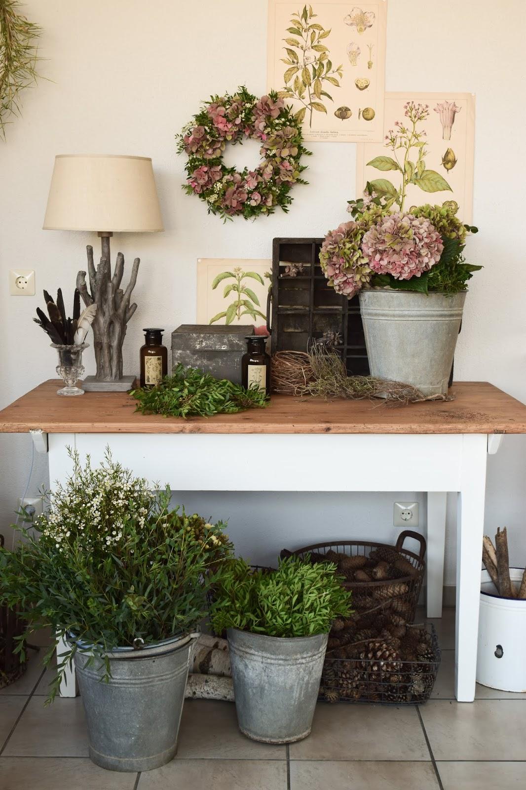 DIY Hortensienkranz selber machen: Kranz aus Hortensien, Wachsblumen, Pistazie binden kranzen. Herbst Herbstkranz herbstliche Dekoidee Naturdeko selbstgemacht