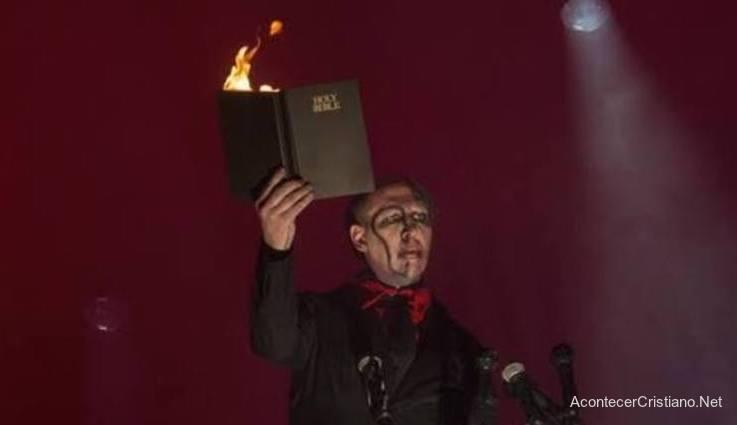 Rockero Marilyn Manson quema Biblia