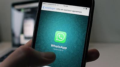 mão segurando celular com whatsapp