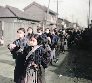gadis jepang memakai masker ke sekolah