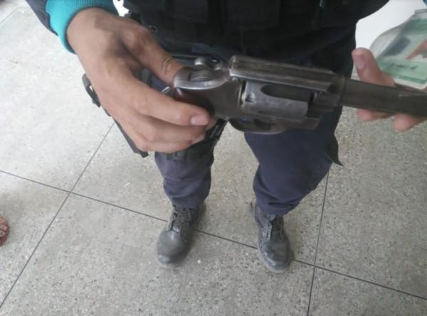 Jovem de 20 anos furta moto, troca tiros com a polícia e é morto no interior do Ceará