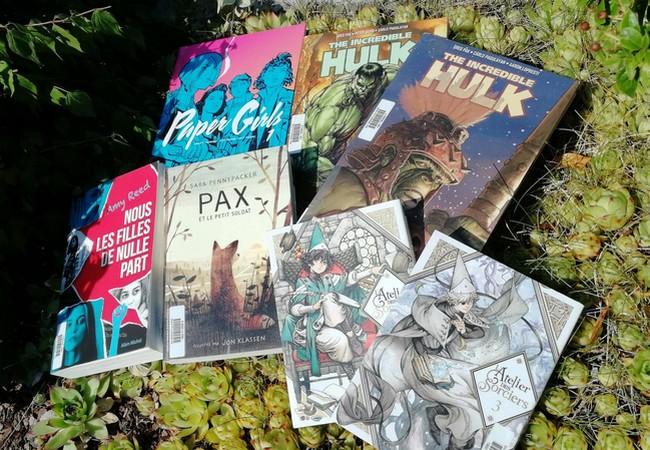 Paper Girls, Hulk (tomes 1 et 2), Nous les filles de nulle part, Pax et L'atelier des sorciers (tome 1 et 2) sur un parterre de succulentes.