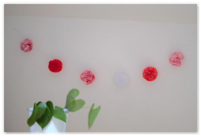 guirlande de pompons en tulle décoration chambre d'enfant