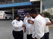 Mantiene SSP acciones preventivas contra el COVID-19. Elementos de la Policía Vial desinfectan unidades del servicio público