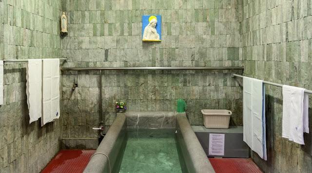 Um piscinas de Lourdes para os fiéis segundo mandou Nossa Senhora a Santa Bernadette