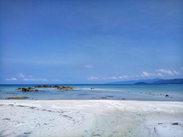 หาดไม้รูดส่วนใหญ่จะเป็นโขดหิน จึงเหมาะกับนักท่องเที่ยวที่ชอบการตกปลา