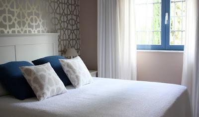 dormitorio matrimonio empapelado y iluminado luz ventana