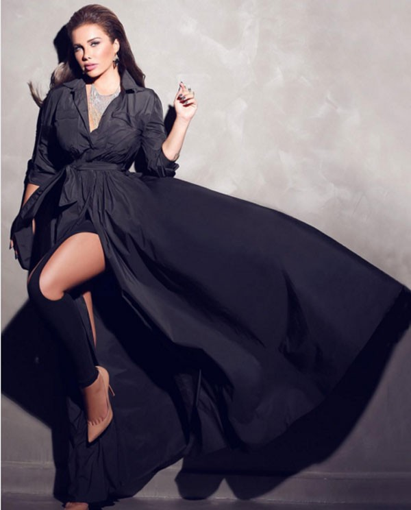 374ce748d95c9 نيكول بدت أكثر إثارة في صورة نشرتها من الجلسة التي تألقت خلالها بفستان أسود  طويل يشبه الـ«روب»، بينما ارتدت أسفله بنطلون أسود ضيق مشقوق الفخذين، وقد  اتخذت ...