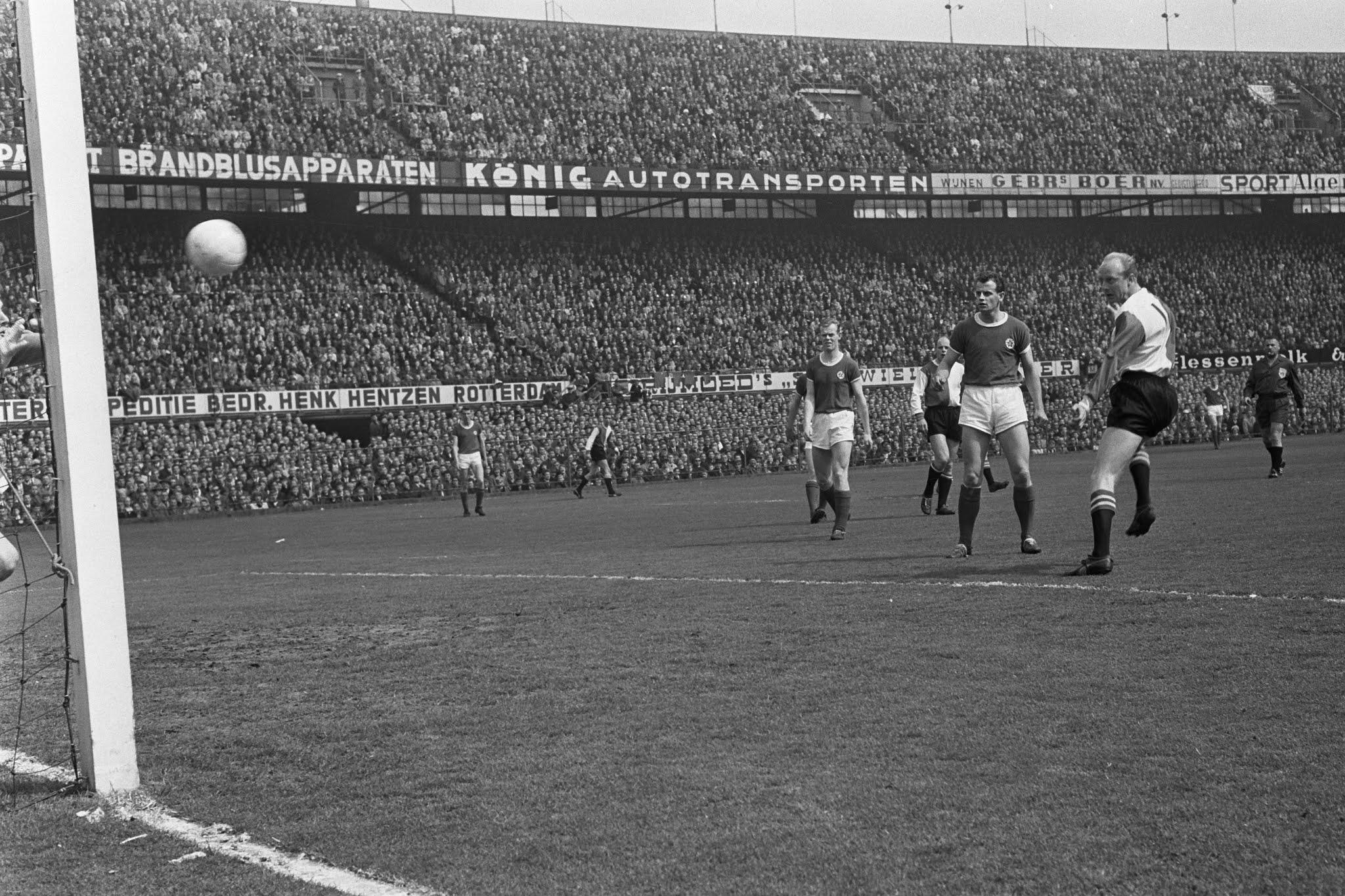 Piet Kruiver scoort in de kampioenswedstrijd van 1965