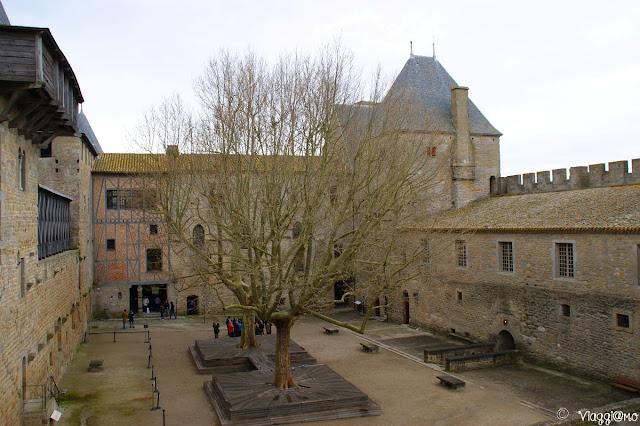 Il grande cortile interno del Chateau Comtal