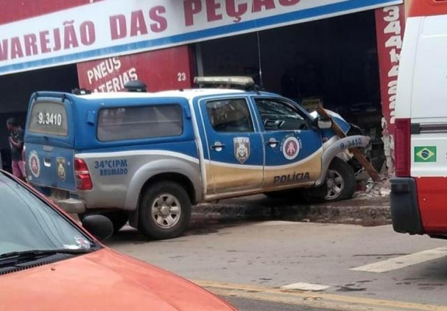 Policial perde controle de viatura e colide contra comércio em Brumado