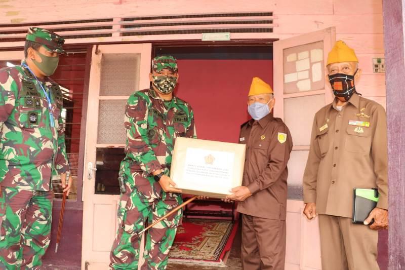 Dandim 0315/Bintan Bersama Danlanud RHF Tanjungpinang Sambangi dan Berikan Bingkisan Sembako Kepada Para Veteran di Kota Tanjungpinang