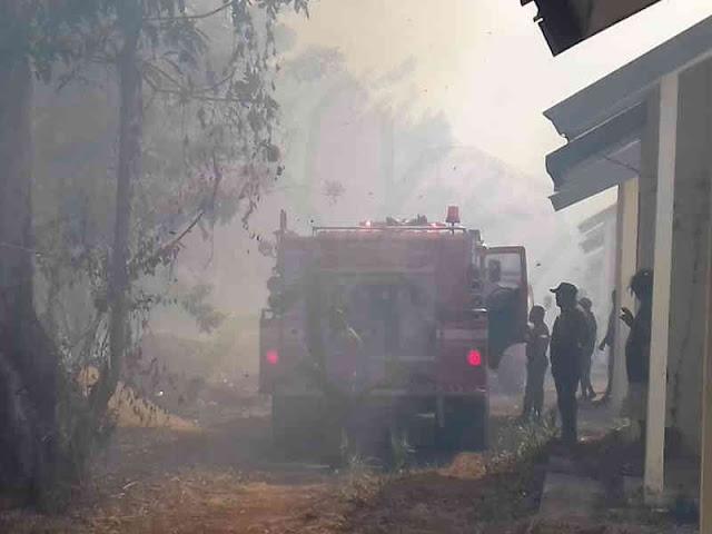 Damkar MTB Padamkan Kebakaran Lahan di Perumahan Lauran