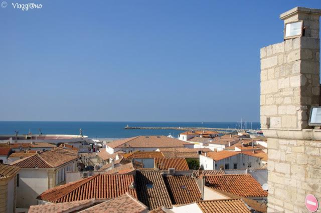 Vista panoramica sulla città dal tetto della chiesa di Saintes Maries de la Mer