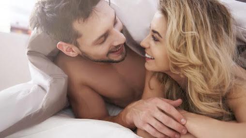 """Die Forschung über die Anzahl der Sexpartner ist chaotisch. Es ist schmutzig. Die Leute behalten nicht nur nicht genau im Auge, mit wem sie munter geworden sind, sondern es stellt sich auch heraus, dass die Art und Weise, wie Männer und Frauen zählen, auch zu wünschen übrig lässt.  Um die Zahlen niedrig zu halten, schneiden Frauen gerne etwas von der Spitze ab. """"Nun, ich hatte keinen Orgasmus, zähle ihn nicht"""" oder """"Wir hatten Sex im hinteren Teil des Autos, das zählt nicht, er ist nicht auf der Liste"""" oder """"Er war kein Freund Ich zähle ihn nicht. """"  Männer sind auch nicht zu heiß in Mathe. Im Durchschnitt möchten Männer, dass ihre Zahl groß ist. Das heißt, sie zählen alles. Handjob. Blowjob. Zähl es hoch! Und wenn wir Männer bitten, zu beurteilen, wie genau ihre zurückgerufenen Zahlen sind? Es stellt sich heraus, dass Männer, die zugeben, dass ihr Rückruf Mist ist, mit höherer Wahrscheinlichkeit eine höhere Anzahl von Sexualpartnern haben (durchschnittlich 7 Partner) als Männer, die sagen, dass sie von ihrer Rückruffähigkeit überzeugt sind (durchschnittlich 2 Partner)."""