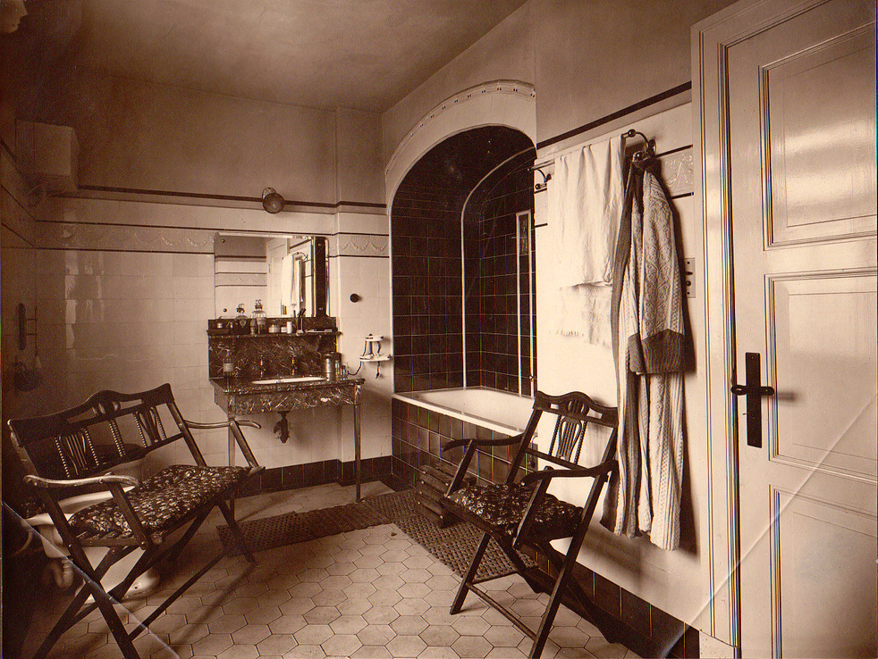13 amazing photos show the interior and exterior of a house in hamburg germany in 1921. Black Bedroom Furniture Sets. Home Design Ideas