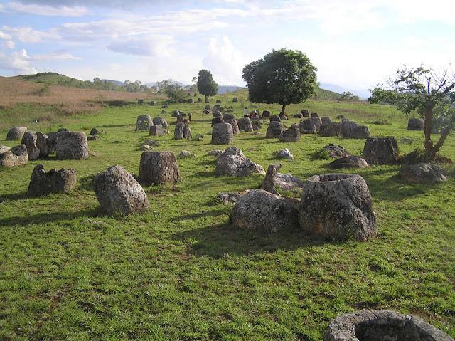Những chiếc chum đá nghìn năm chứa hài cốt người chết ở Lào