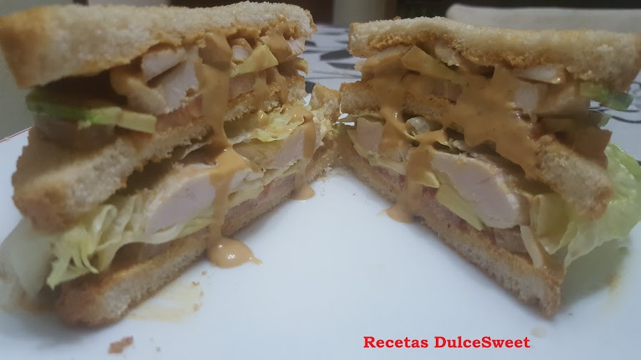 Sándwich de pollo con aguacate
