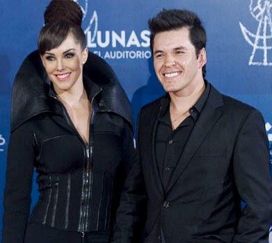 Foto de Raúl Sandoval posando con su mujer