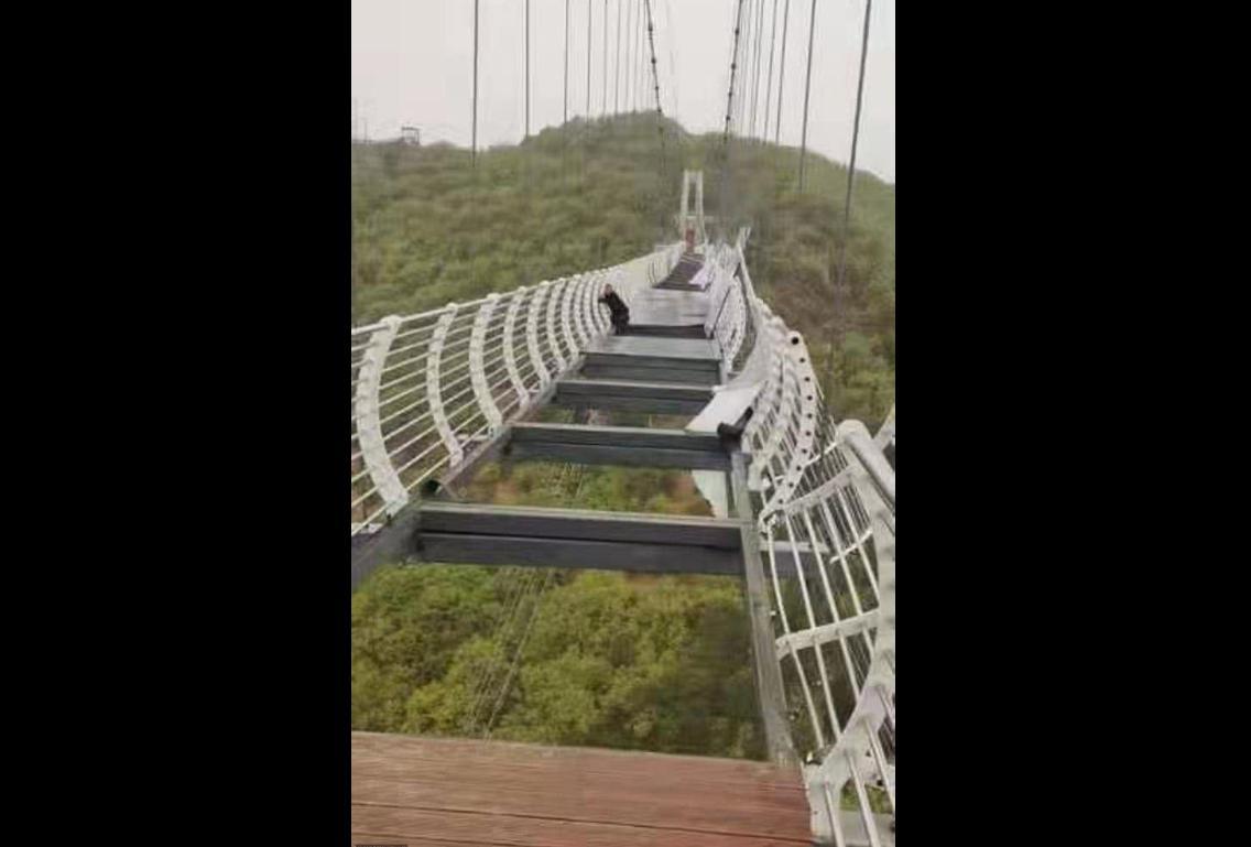 中国の透明橋が崩壊、地上100mに人が置き去りに(海外の反応)